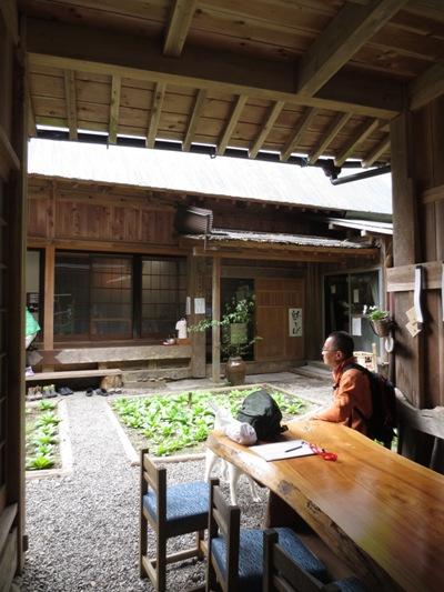 山中の蕎麦屋とヤマツツジ_c0310571_09155431.jpg