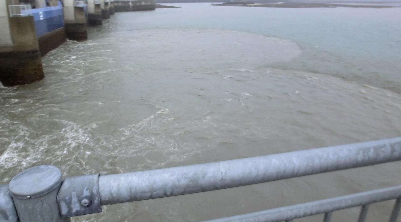 排水門は開けられている。_c0052876_18114748.jpg