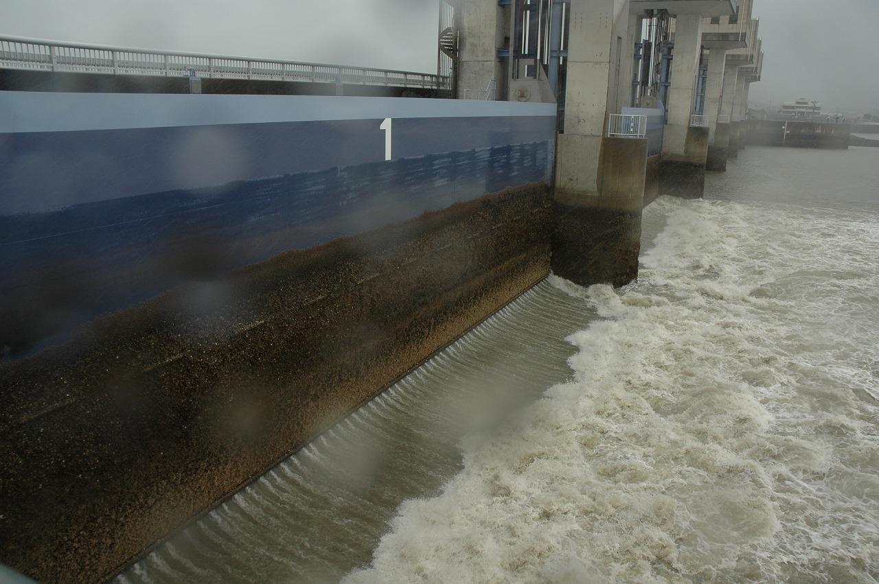 排水門は開けられている。_c0052876_18122017.jpg