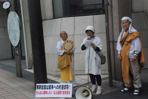「安倍首相の解釈改憲をやめさせよう」と街頭情宣を行いました_d0174710_2015370.jpg