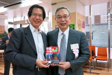 段跃中向宫本大使赠送《鲜为人知的中国名胜古迹》,表达感谢之情。_d0027795_14375959.jpg