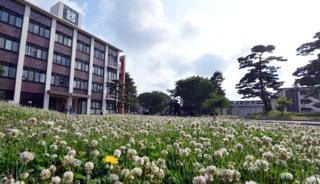 ポカポカ陽気の芝の広場では学生さん達が....サッカーやら..._b0194185_23194274.jpg