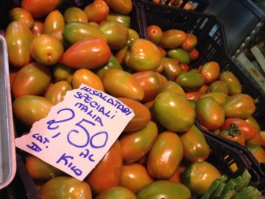 29/05/2014  八百屋のトマトがにぎやかです_a0136671_046057.jpg