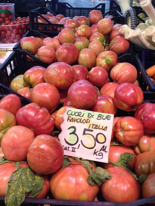 29/05/2014  八百屋のトマトがにぎやかです_a0136671_0515357.jpg