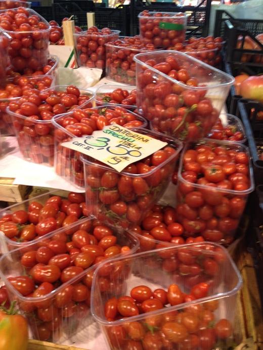 29/05/2014  八百屋のトマトがにぎやかです_a0136671_056328.jpg