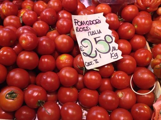 29/05/2014  八百屋のトマトがにぎやかです_a0136671_112850.jpg