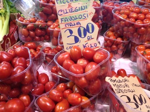 29/05/2014  八百屋のトマトがにぎやかです_a0136671_133341.jpg