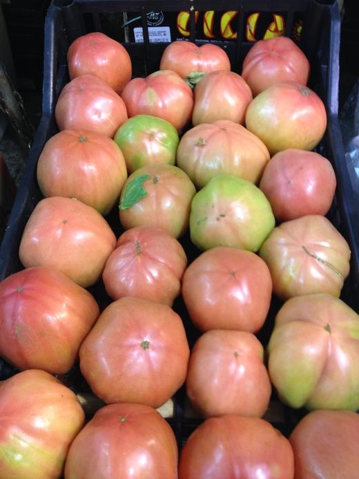 29/05/2014  八百屋のトマトがにぎやかです_a0136671_172381.jpg