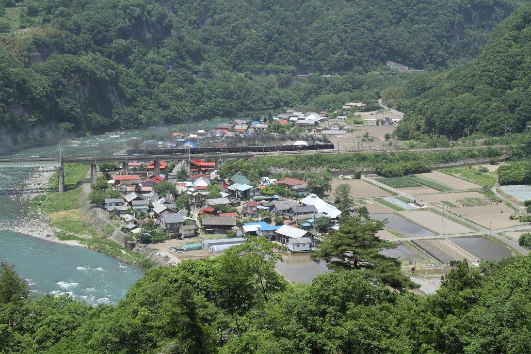 田んぼに水が入り山は緑に煙は黒く - 2014年初夏・上越線旧客 -  _b0190710_21331074.jpg