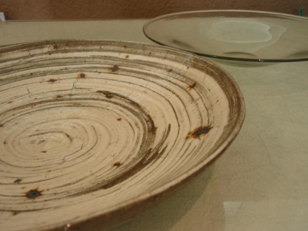 ガラスの大皿と刷毛目の大皿_b0132442_16210699.jpg