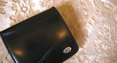 二つ折りの財布 イニシャルプレート付き_f0155891_19391768.jpg