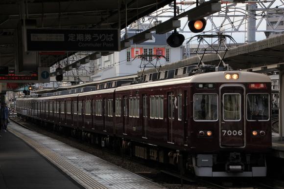 阪急7006F 十三駅にて_d0202264_23294444.jpg