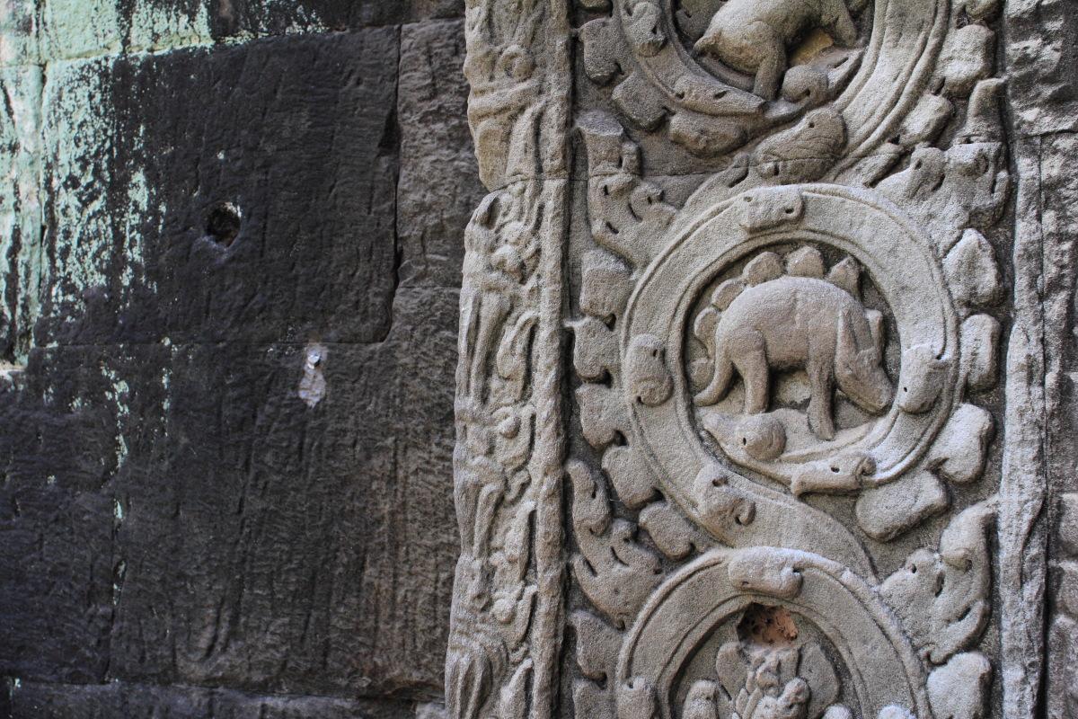 シェムリアップ  タ・プロームに残る「恐竜」彫刻_b0061717_16322573.jpg