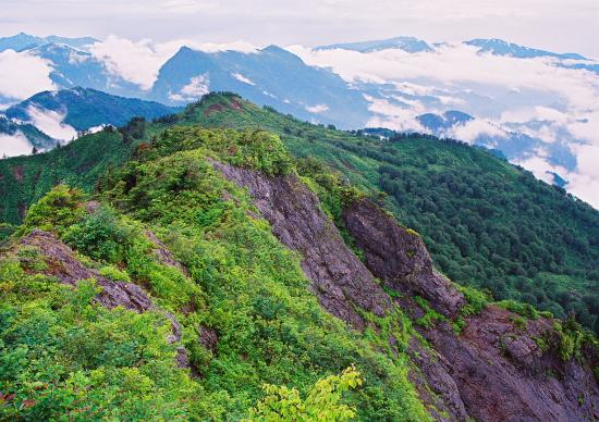 豪雪に磨かれた岩壁がそそり立つ南会津の秘峰_a0113718_2128538.jpg