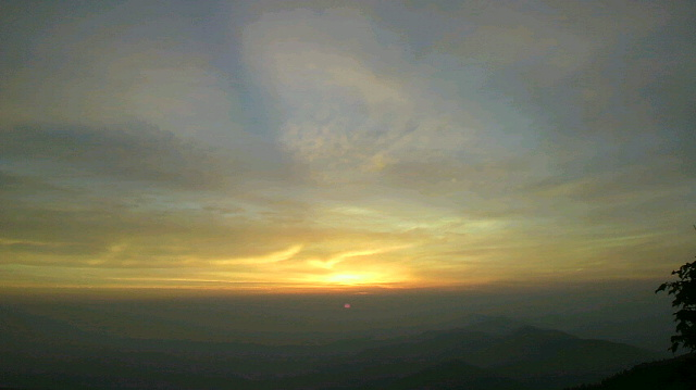 ぴったり今日の日の出時刻4時50分頃太陽が見えました。昨日から霞みがかかって雲も趣があります。朝の気温7℃。_c0089831_5405424.jpg