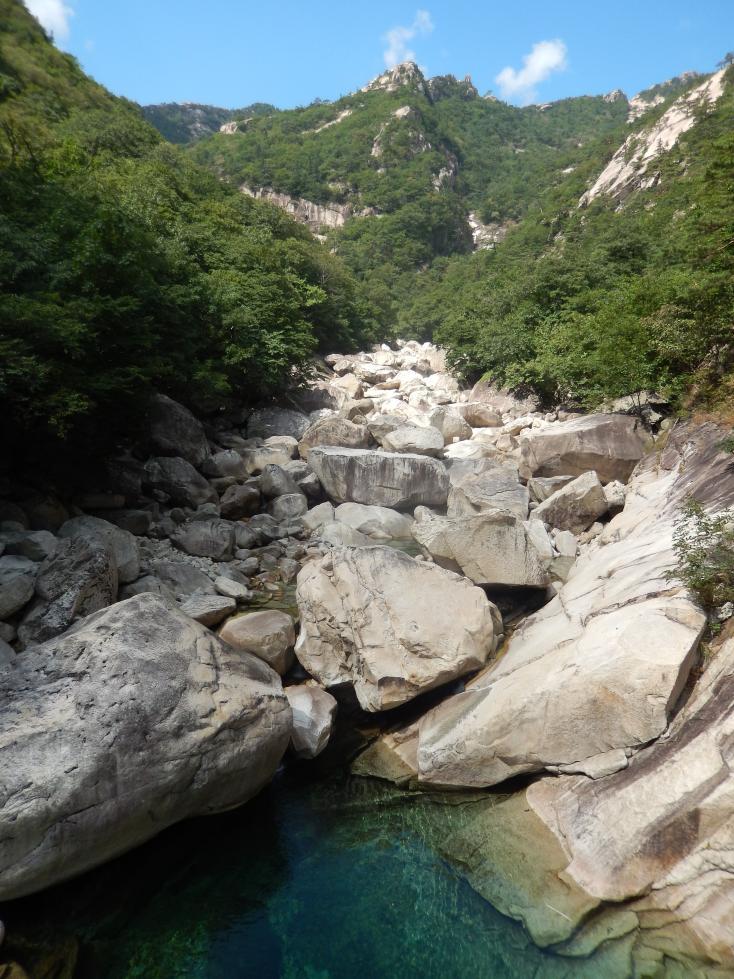 金剛山の魅力は奇鋒と渓谷、美しく青みを帯びた深潭の醸成する幽寂な景趣にある_b0235153_11542075.jpg
