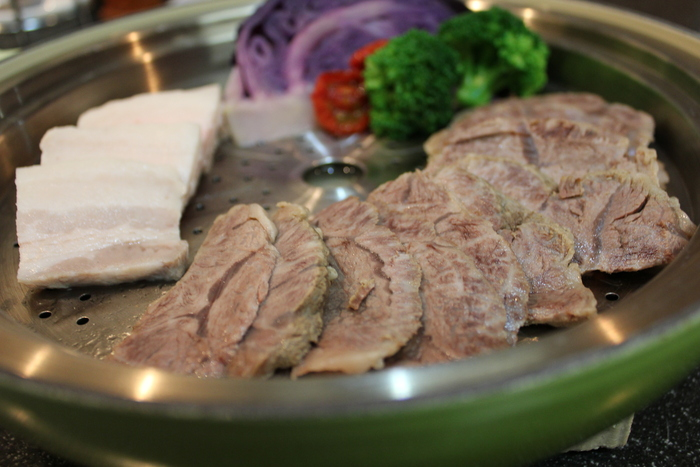 すっきりスープの韓国冷麺とゆで牛肉のコチュジャン添え_a0223786_20342652.jpg