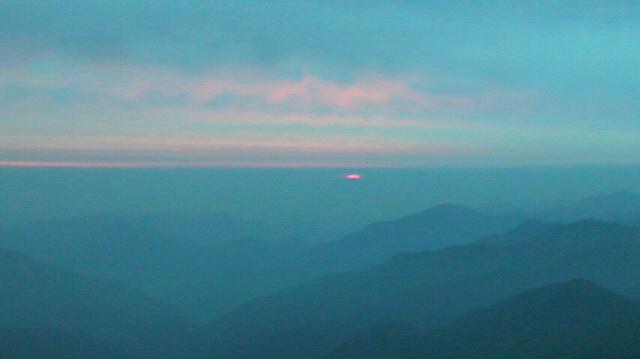 外を覗くと 凄い赤色の空、ちょっと背を向けて…振り返ると、赤の色はもう半分でした。お天気下り坂の朝焼けでしょうか?久々に頂上へ歩くと ツマトリソウが 可憐でした。朝の気温8℃。_c0089831_5561889.jpg