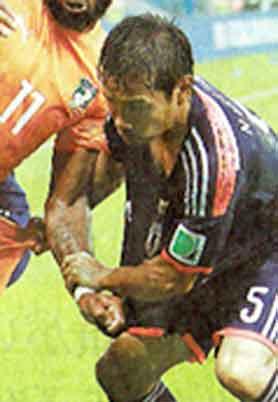 「ゴールキーパー以外手を使っちゃいけない」でしょ?! / ブラジルW杯画像_b0003330_19435047.jpg