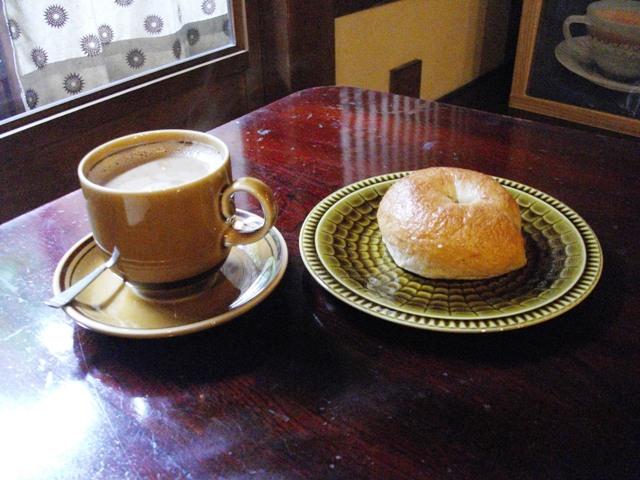 今日のお昼ご飯:AOWさんのベーグル と 黒糖ミルク珈琲_e0230141_15584163.jpg