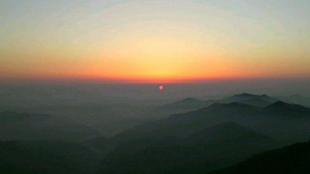 昨日に引き続き いいお天気です。朝の気温8℃。三嶺縦走に早出のお客さん3人。朝食あがって 日の出を見て出発。付いて行きたいお天気です。_c0089831_5424626.jpg