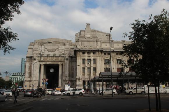 SKY140620 ムッソリーニ時代の建築を代表するミラノ中央駅_d0288367_1344418.jpg