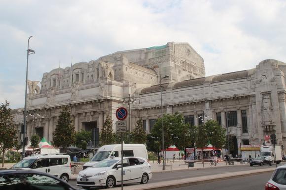 SKY140620 ムッソリーニ時代の建築を代表するミラノ中央駅_d0288367_1444521.jpg