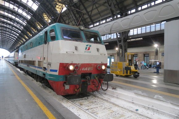 SKY140622 どっしりとした列車や斬新な電車_d0288367_15105534.jpg