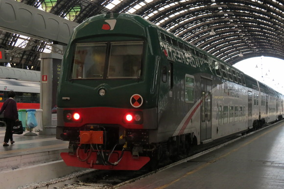 SKY140622 どっしりとした列車や斬新な電車_d0288367_15112384.jpg