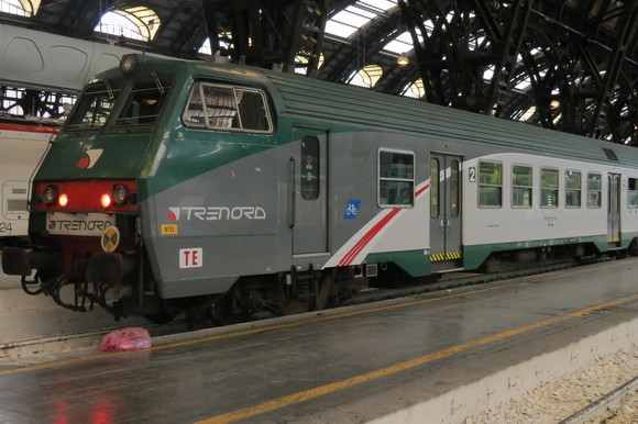 SKY140622 どっしりとした列車や斬新な電車_d0288367_15145981.jpg