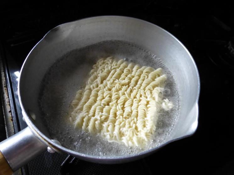 サッポロ一番トマトとバジルで仕上げた塩ラーメン_c0118393_1811220.jpg