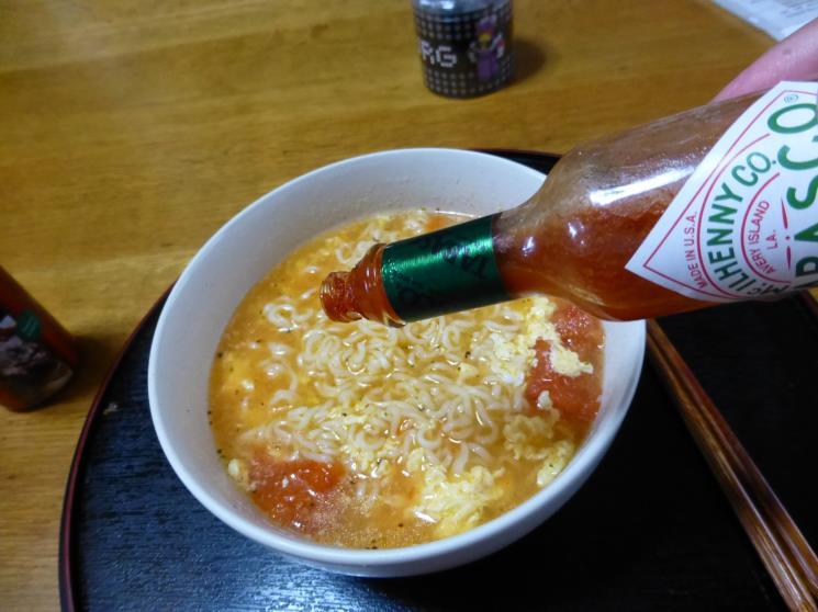 サッポロ一番トマトとバジルで仕上げた塩ラーメン_c0118393_1822378.jpg