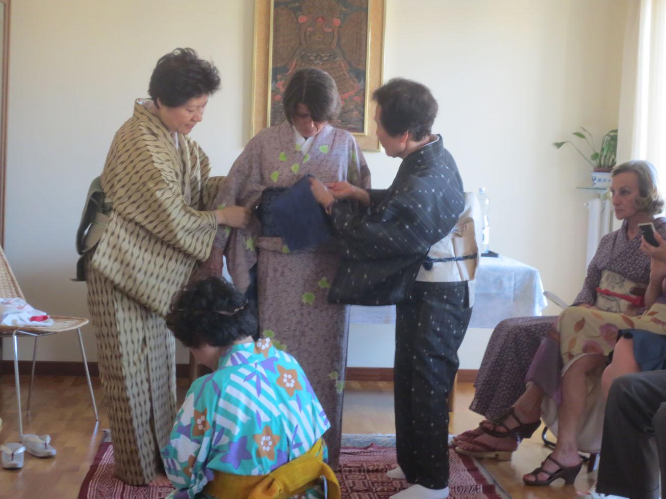 イタリア人も興味あるある〜〜!!日本文化お家フェスター着物を着る編_c0179785_15481564.jpg