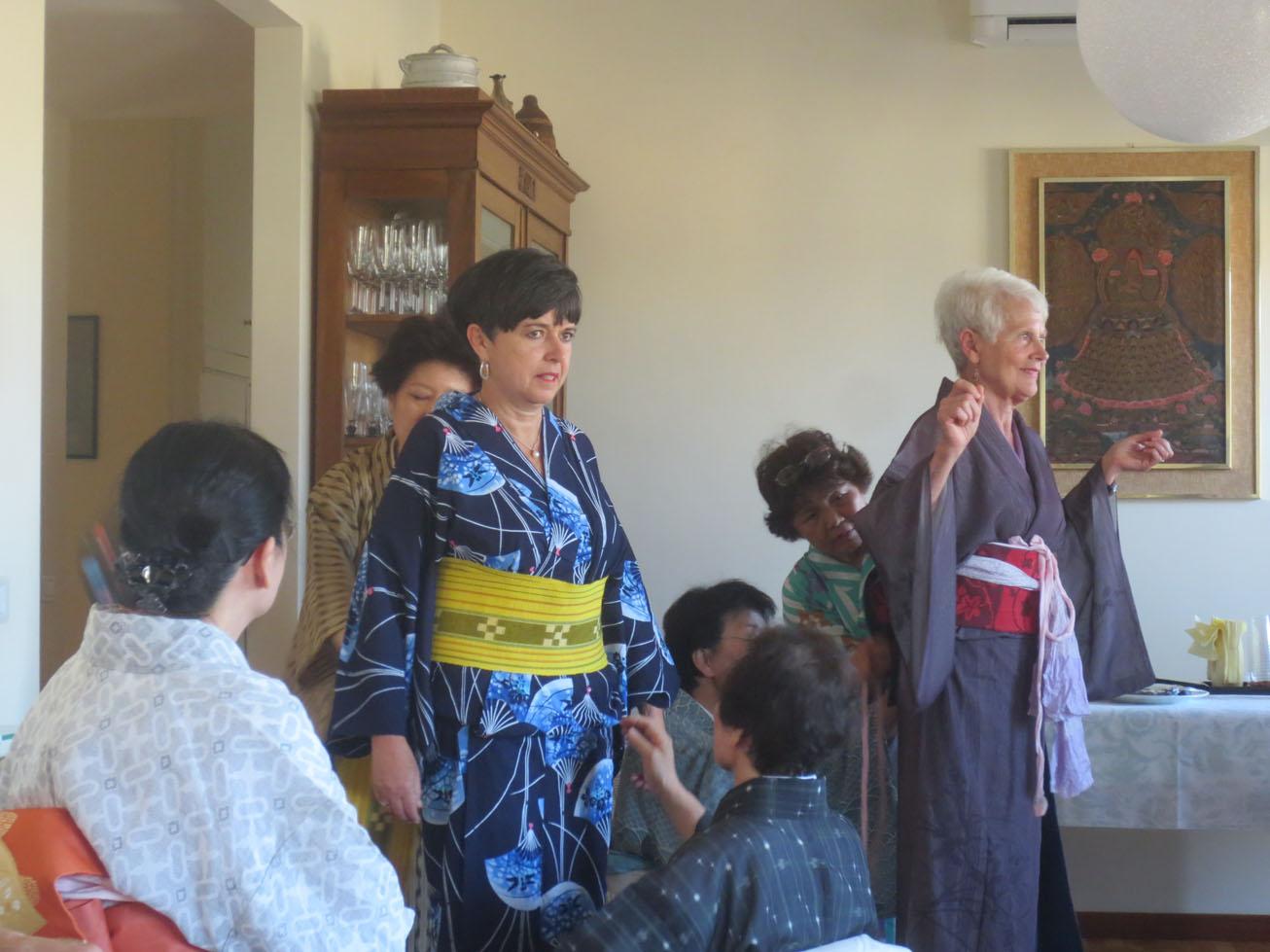 イタリア人も興味あるある〜〜!!日本文化お家フェスター着物を着る編_c0179785_15483945.jpg