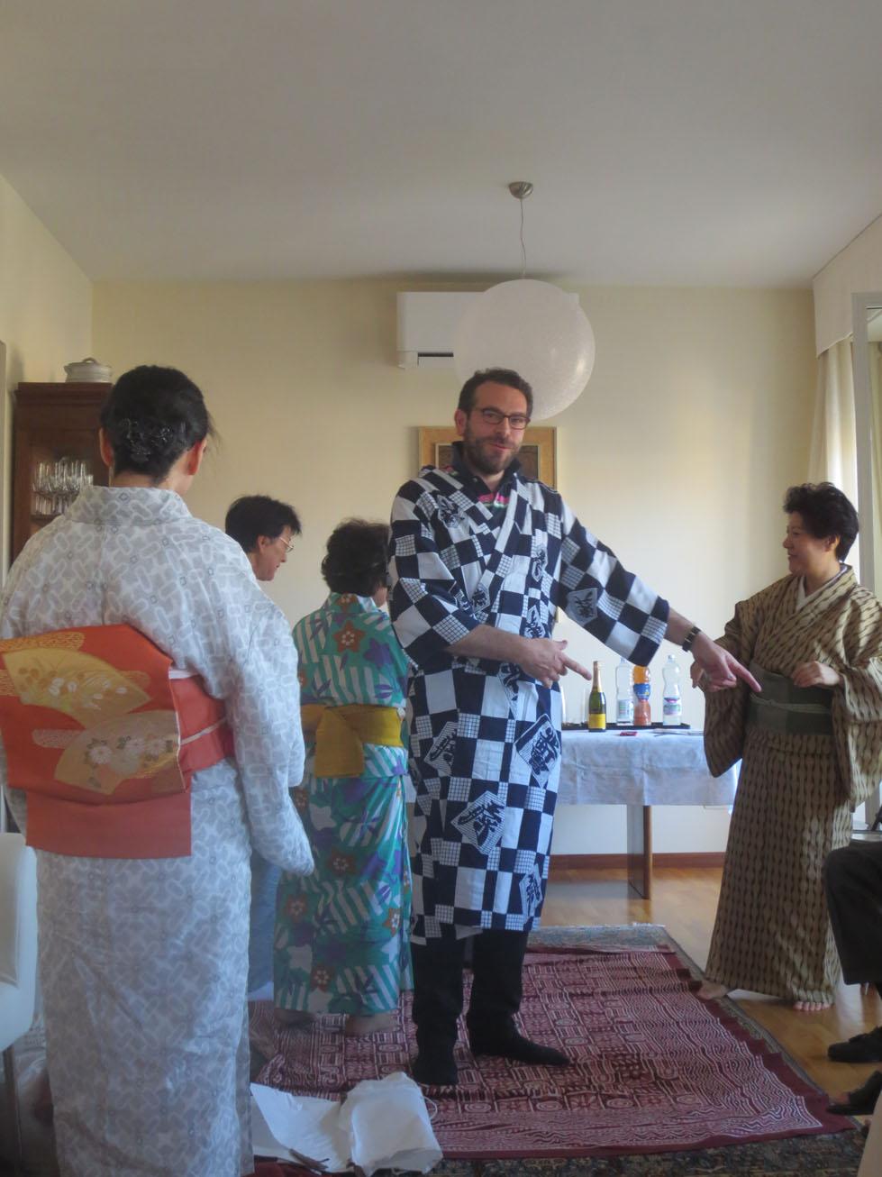 イタリア人も興味あるある〜〜!!日本文化お家フェスター着物を着る編_c0179785_1549321.jpg