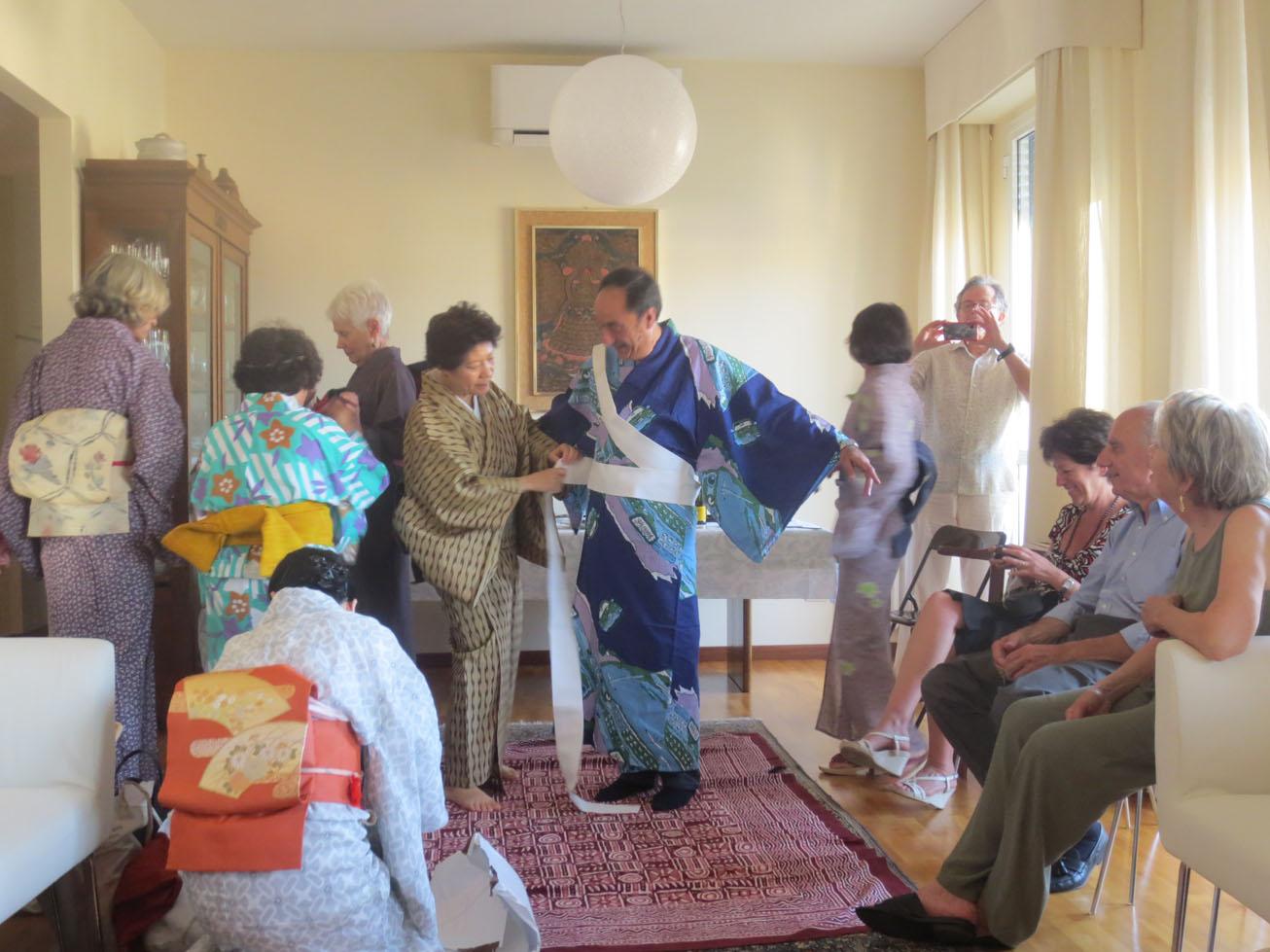 イタリア人も興味あるある〜〜!!日本文化お家フェスター着物を着る編_c0179785_1557879.jpg