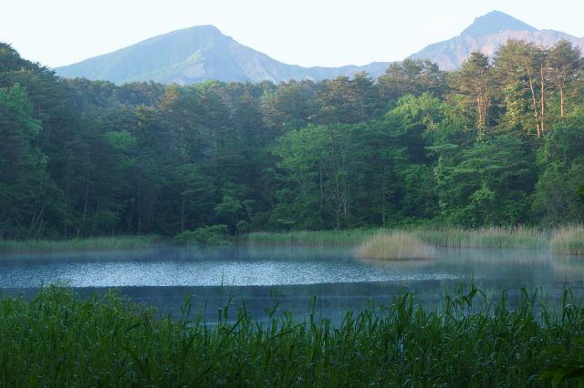 磐梯山を望む青い沼_a0257652_1450066.jpg
