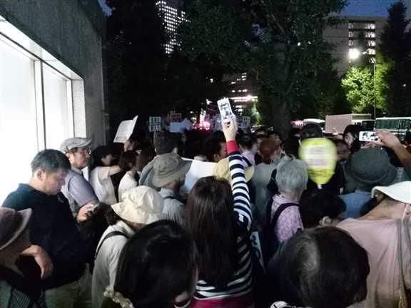 日本の戦争参加・閣議決定前夜 官邸前に4万人以上 抗議連続6時間_c0024539_328427.jpg