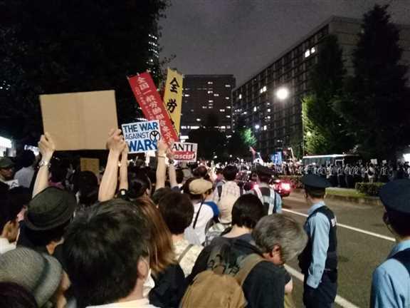 日本の戦争参加・閣議決定前夜 官邸前に4万人以上 抗議連続6時間_c0024539_328613.jpg