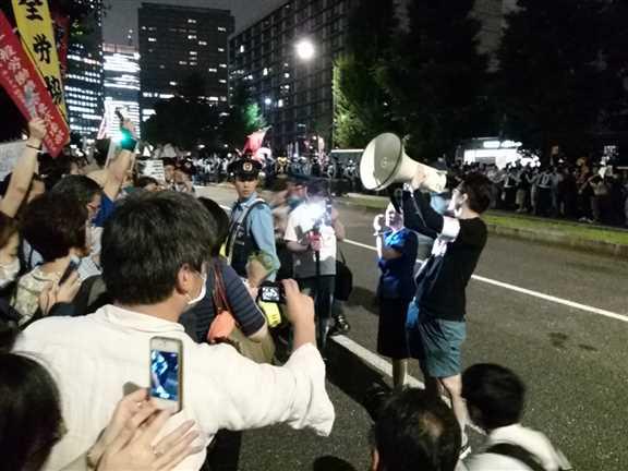 日本の戦争参加・閣議決定前夜 官邸前に4万人以上 抗議連続6時間_c0024539_328696.jpg