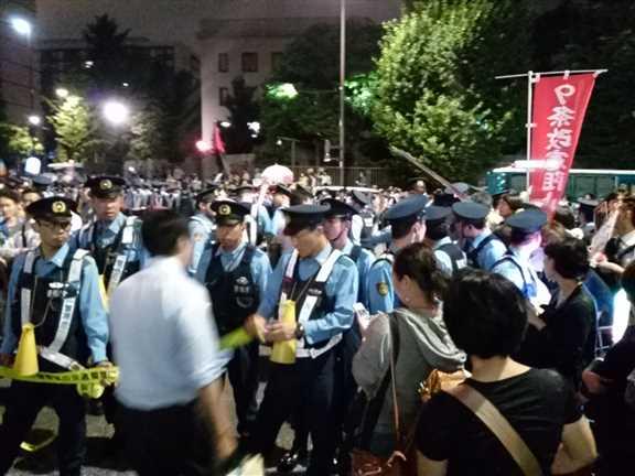 日本の戦争参加・閣議決定前夜 官邸前に4万人以上 抗議連続6時間_c0024539_328728.jpg