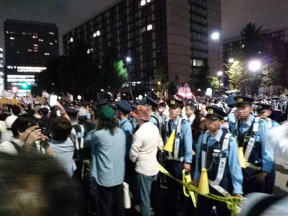日本の戦争参加・閣議決定前夜 官邸前に4万人以上 抗議連続6時間_c0024539_328871.jpg