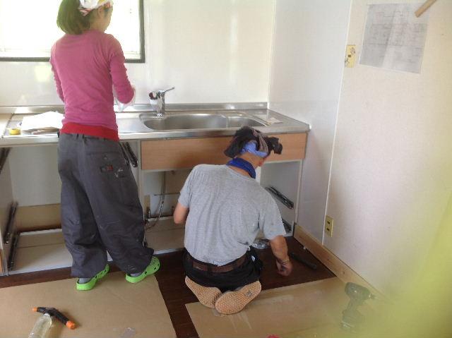 キッチンに座る女仕事人Aさん_f0031037_1842758.jpg