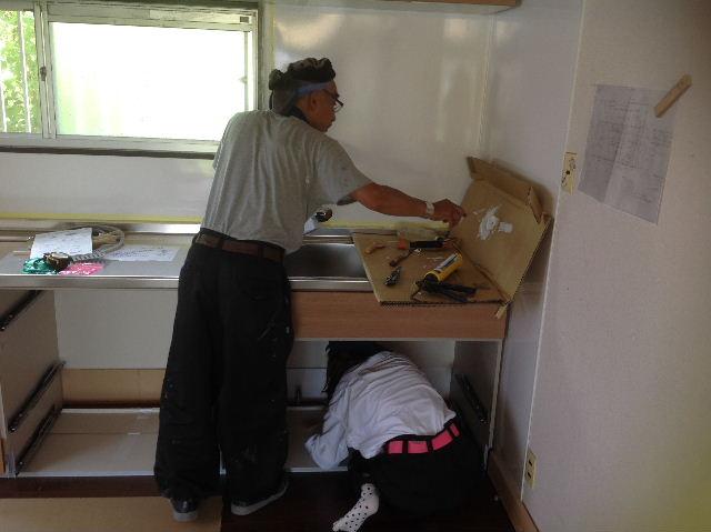 キッチンに座る女仕事人Aさん_f0031037_1844177.jpg