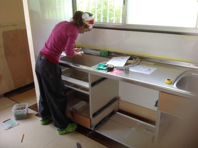 キッチンに座る女仕事人Aさん_f0031037_1844736.jpg