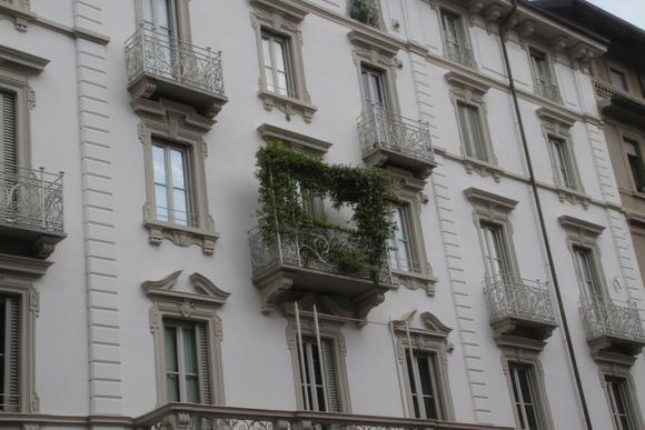 SKY140705 石造建築に創られたバルコニーに飾り花や植栽を施し、少しでも緑を・・_d0288367_19191432.jpg