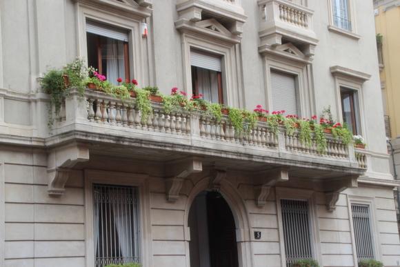 SKY140705 石造建築に創られたバルコニーに飾り花や植栽を施し、少しでも緑を・・_d0288367_19193294.jpg