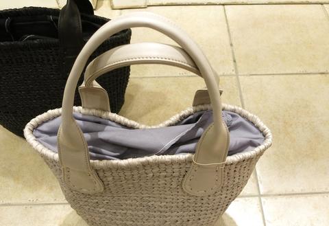 革のかごバッグが新鮮です。_c0227633_11465273.jpg