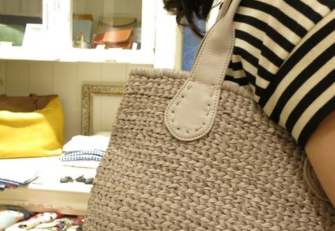 革のかごバッグが新鮮です。_c0227633_11472450.jpg