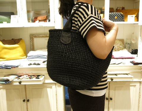 革のかごバッグが新鮮です。_c0227633_11473735.jpg